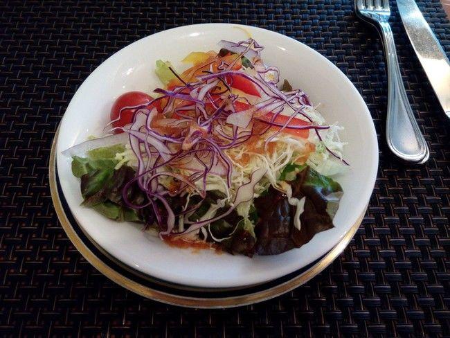 トリコロールワンプレートのサラダ