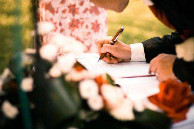 署名する男性の手